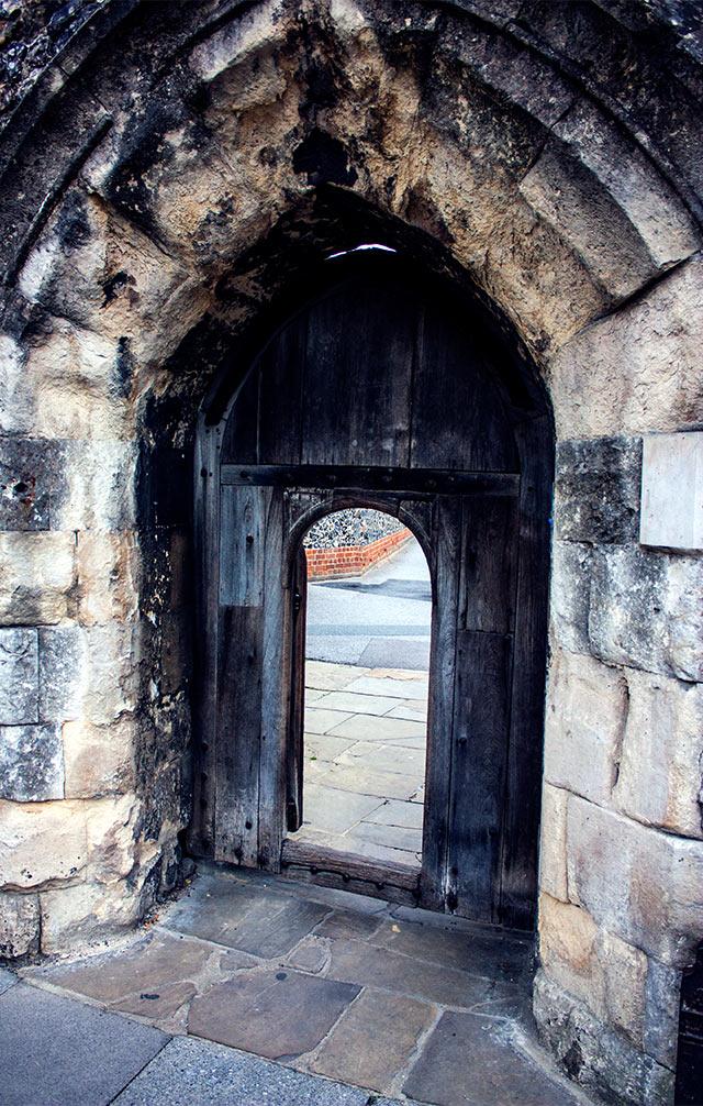 VOYAGE-Canterbury-porte